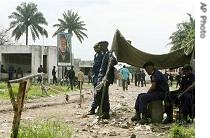 Congolese police offices stand guard outside Kinshasa's jail, October 26, 2006