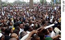Supporters of Vice president Jean-Pierre Bemba gather outside his house in Kinshasa, Congo (File photo - Aug. 24, 2006)