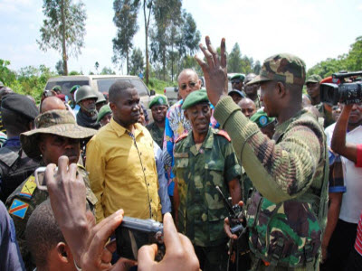 Colonel Mamadou Ndala briefs North Kivu province governor Julien Paluku in Kibumba