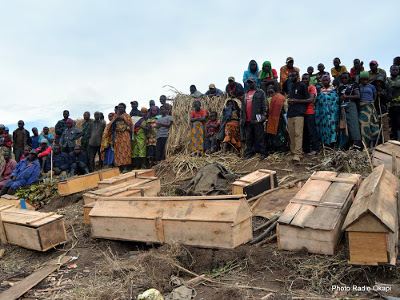 Burial of 29 civilians vkilled in a  massacre in Luhanga village (North Kivu) on 11.28.2016.( Radio Okapi / Alain Kyalemaninwa Wandimoyi)