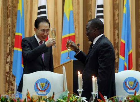 President Joseph Kabila and President Lee Myung-bak at the state diner in Kinshasa