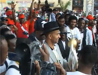 Team president Moise Katumbi shows Champions League trophy to TP Mazembe fans in Lubumbashi