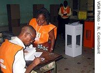 Elections poll workers in DRC, Tuesday, Oct. 31, 2006